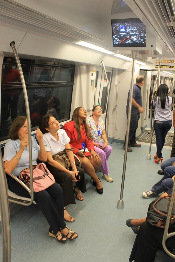 Los pasajeros miran las pantallas informativas.