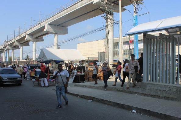 Estos puestos de venta informal aprovechan la atracción de multitudes que genera la estación.  Se debe generar oferta formalizada de oportunidades de buhonería en puestos controlados y con mejores estándares.